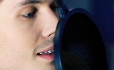 stemacteur in de geluidsstudio